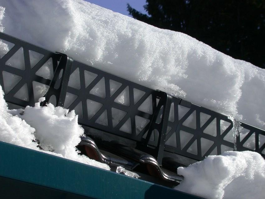 Решетчатые снегозадержатели изготавливаются из оцинкованной стали и покрываются защитным красящим составом, что позволяет подобрать конструкцию в тон крыши