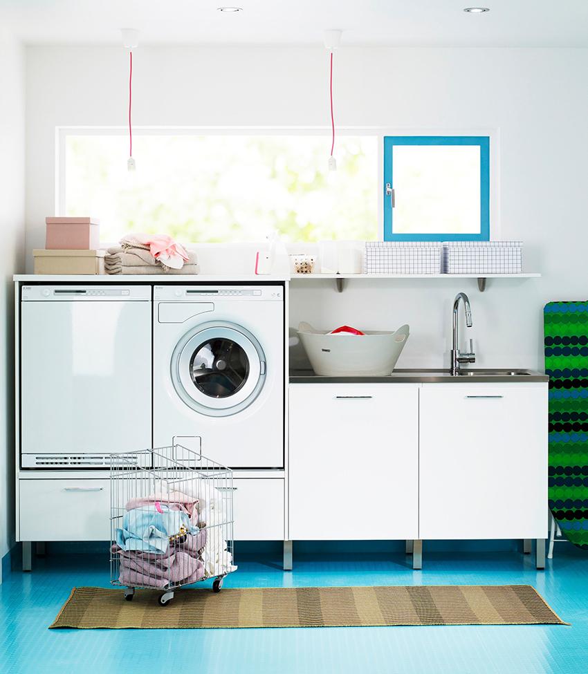 Пример компактного расположения стиральной машинки на кухне