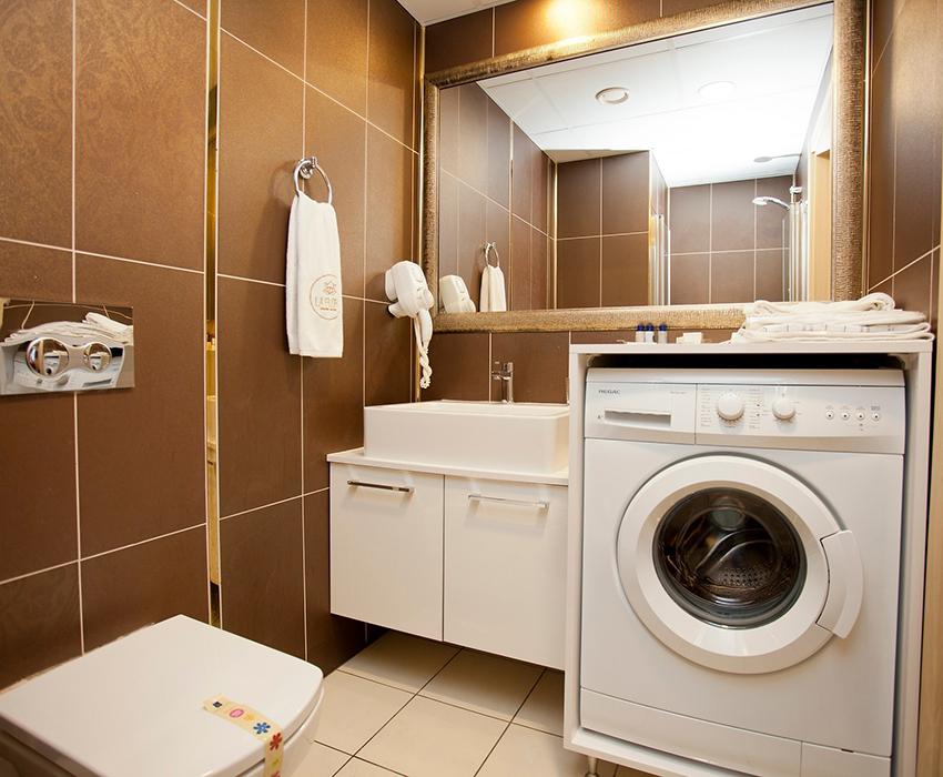 Компактная стиральная машинка в ванной