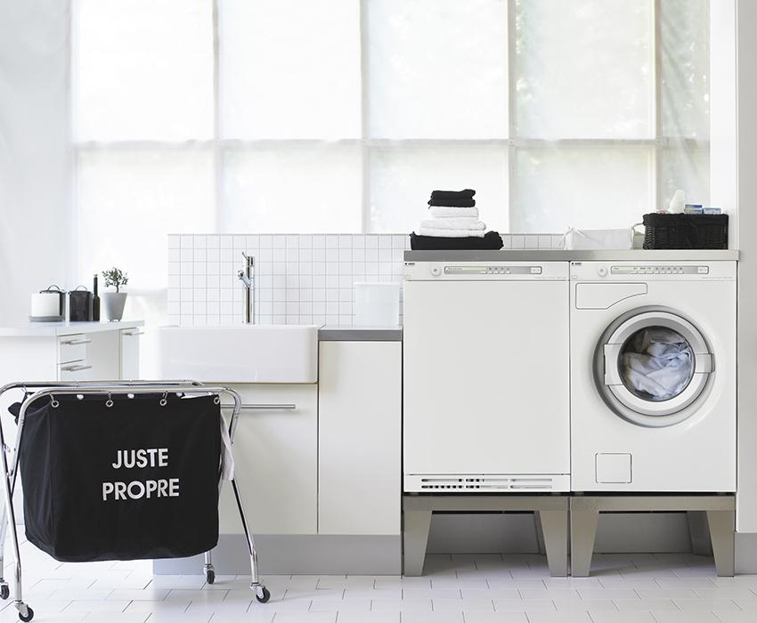Небольшая стиральная машинка на кухне