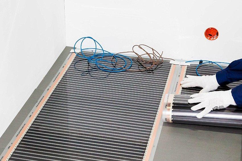 Укладка пленочного инфракрасного полотна под плитку производится по тем же правилам, что и под другие покрытия
