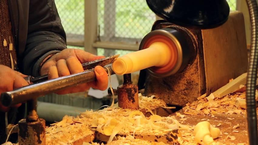 Домашние мастерские часто оборудуются простыми учебными станками, способными справится с большинством стандартных токарных операций