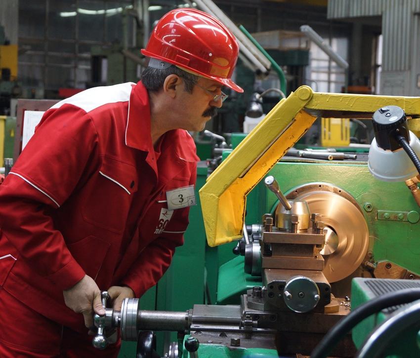 На производствах используют габаритные и мощные металлообрабатывающие агрегаты, для бытовых целей больше подойдут менее габаритные модели