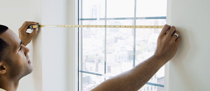 Окна, которые изготовлены по стандартным размерам, могут не подойти под оконный проем