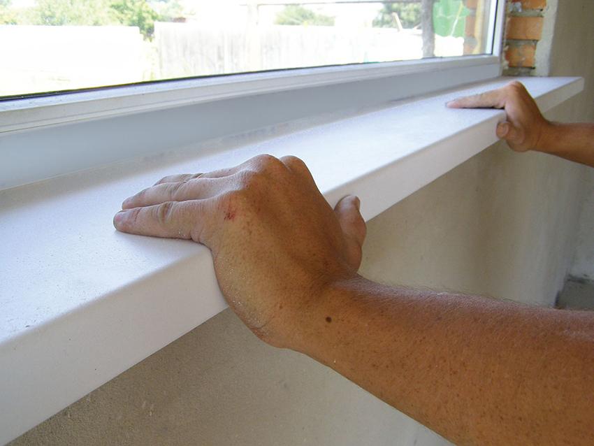 До того, как залить подоконник монтажной пеной, необходимо проверить его крепежи