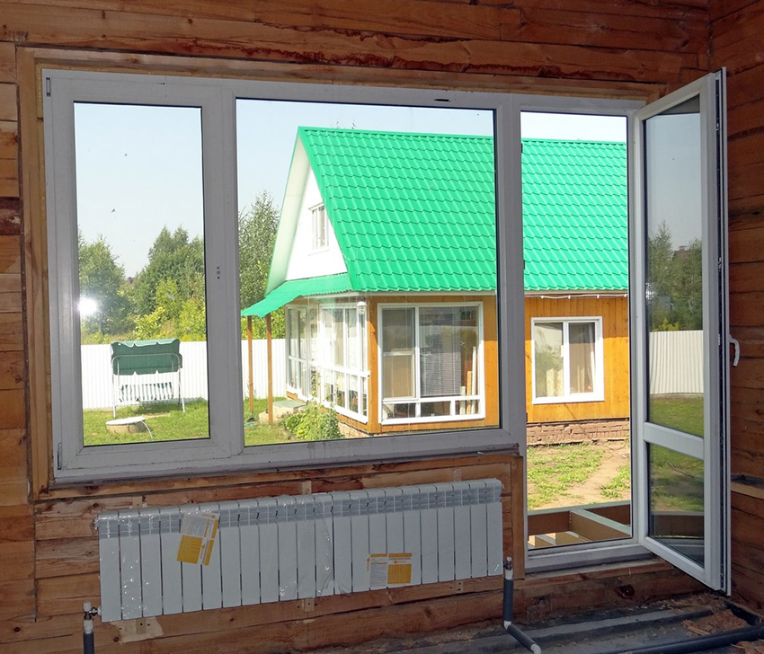 Окно в подвале жилого дома
