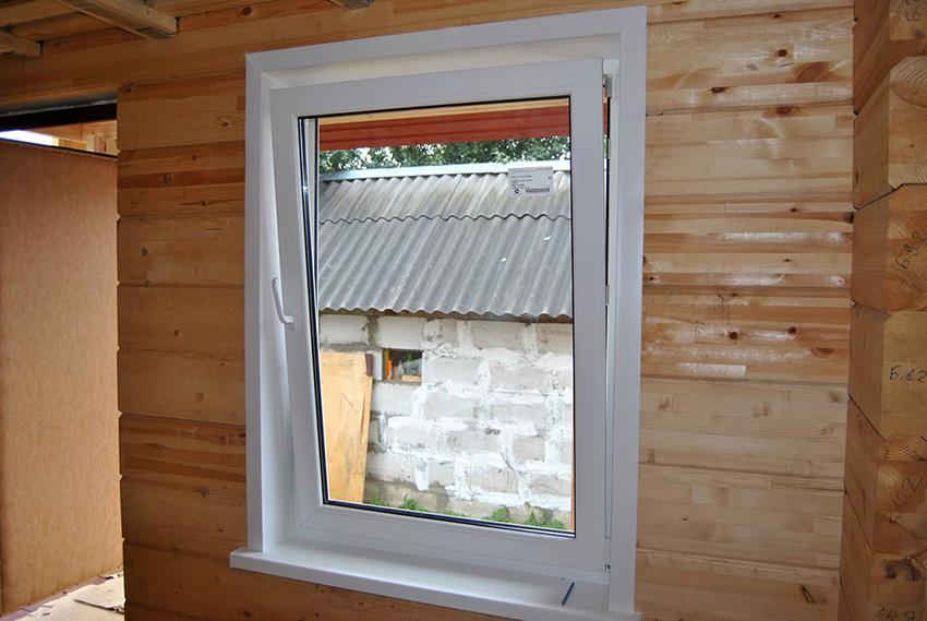 Рекомендуется между откосом и стеной размещать утеплитель, чтобы не образовывался конденсат