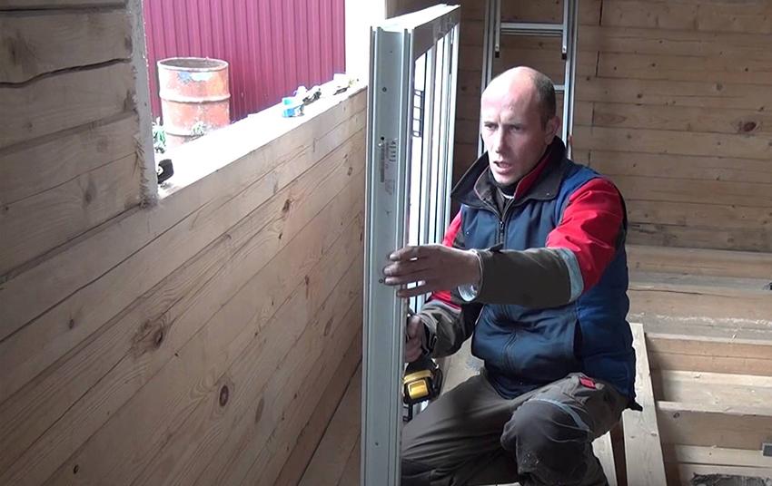 Во время установки окна на каждом этапе работы необходимо сверять плоскость профиля по уровню