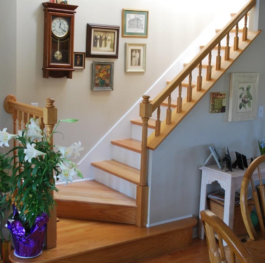 Для оформления лестниц в классическом стиле стоит отдавать предпочтение простым формам и натуральным оттенкам