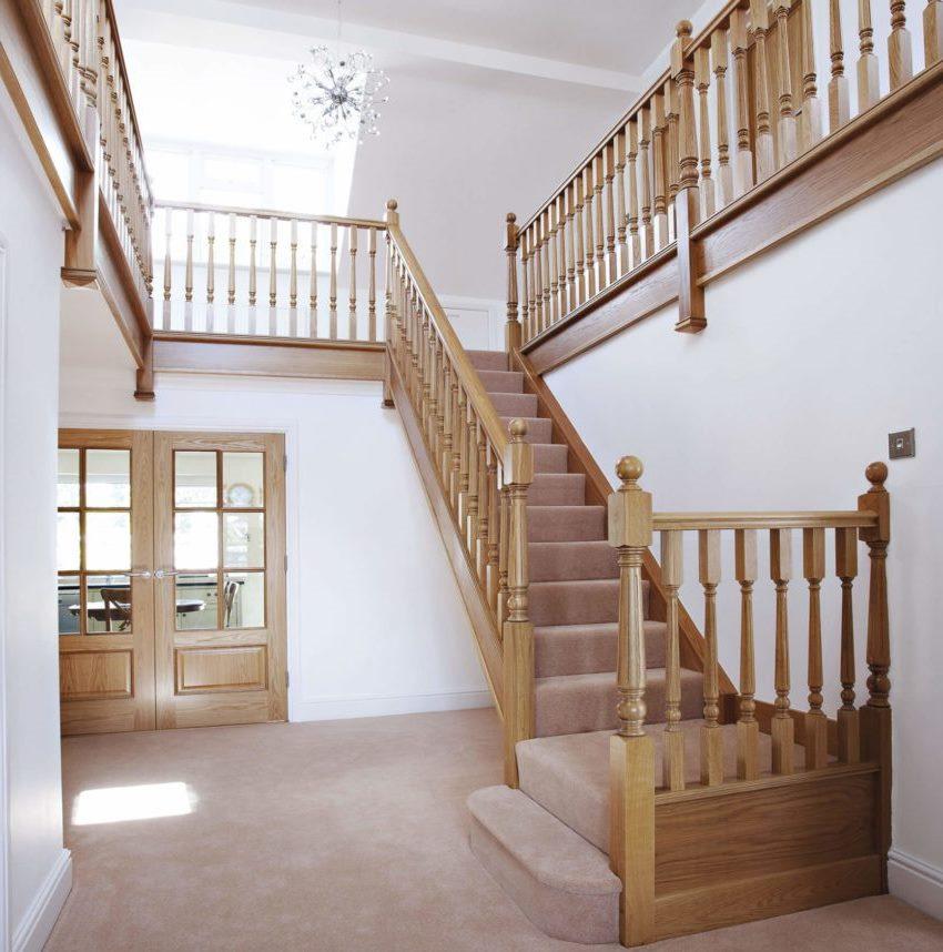 Для создания лестницы следует использовать элементы из одного сорта древесины. Такой прием позволит не только выдержать конструкцию в едином стиле, но и обеспечит единые эксплуатационные характеристики