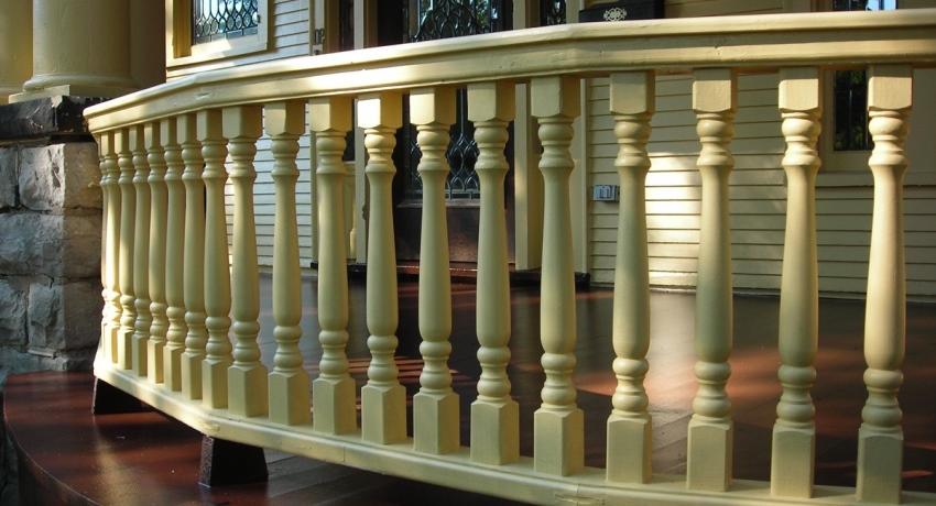 Эстетика деревянных балясин используется не только для создания лестниц, но и для оформления перил