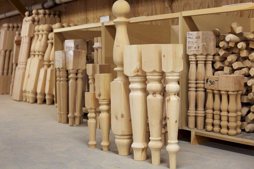 Выбирая балясины стоит ориентироваться не только на форму и внешний вид, но и на сорт древесины из которого они изготовлены