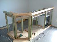 Для возведения деревянной стойки своими руками нужно иметь элементарные плотницкие навыки
