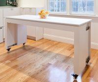 Отличительная черта мобильных барных столов – колесики, на которых они и катаются по всей кухне или переезжают в гостиную при необходимости