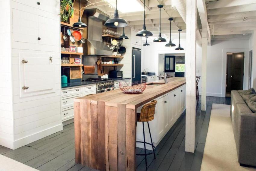 Рабочая поверхность переходит в небольшой барный кухонный стол