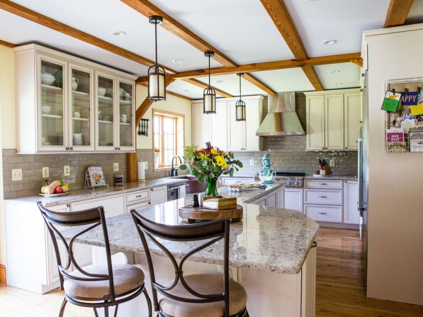 На просторной кухне можно организовать функциональную барную стойку островного типа