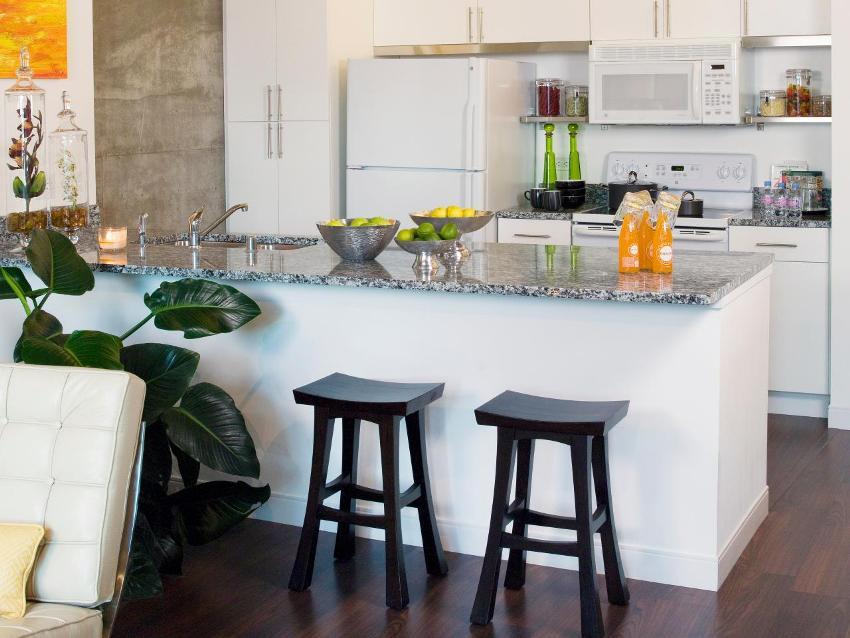 Барная стойка может использоваться как обеденный стол и дополнительная рабочая поверхность