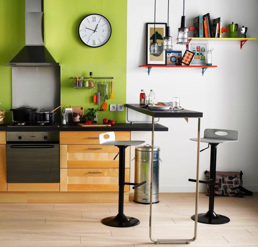 Для небольшого помещения оптимальным решением станет пристенный раскладной барный стол