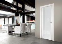 Белые глянцевые двери наиболее выигрышно смотрятся в интерьере гостиной