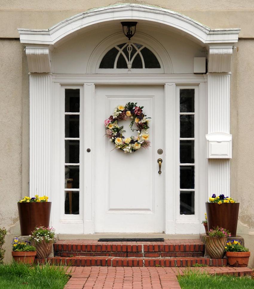 Входные двери белого цвета смотрятся свежо и по-праздничному