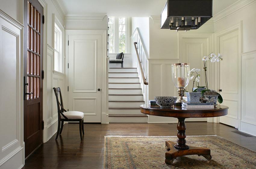 Двери белого цвета популярны среди разнообразных классических стилей