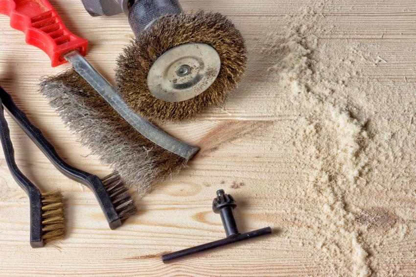 Процесс браширования требует использования специальных инструментов, необходимо также соблюдать всю технологию работы с древесиной