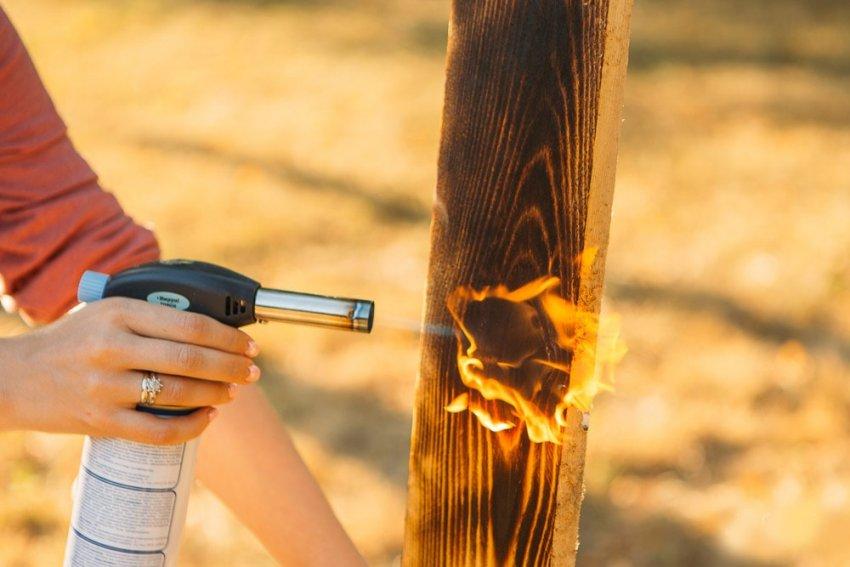 В начале браширования проводится обжиг древесины, при котором прожигаются мягкие волокна верхнего слоя