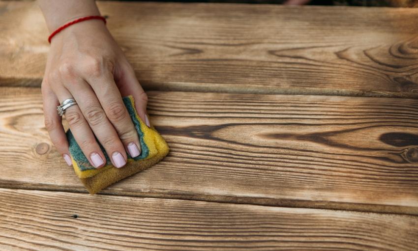 Перед тем как покрыть дерево лаком, материал нужно тщательно очистиь от пыли