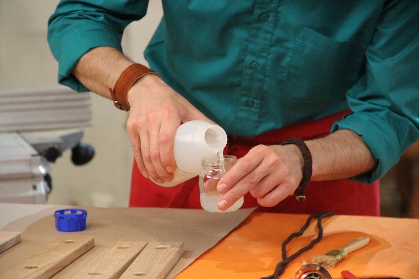 Химический метод старения древесины – браширование с помощью едких растворов, морение, происходит только с мягкими породами древесины