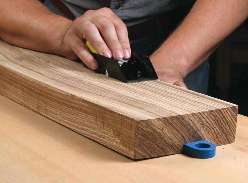 Процесс браширования древесины прост в теории, но сопровождается сложностями и множеством нюансов в работе, по этому и цены в разных случаях могут существенно отличаться