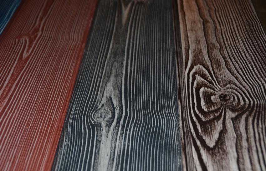 Используя технику браширования можно в итоге получить дерево совершенно необычной окраски