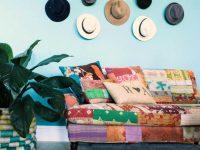 Оригинальным и необычным решением может стать размещение на стене старых фетровых шляп