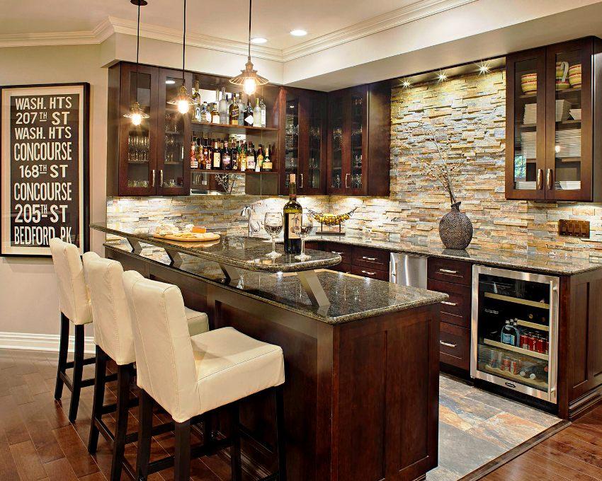 Декоративный камень в интерьере кухни лучше выбирать не самых светлых тонов и обрабатывать водоотталкивающим средством