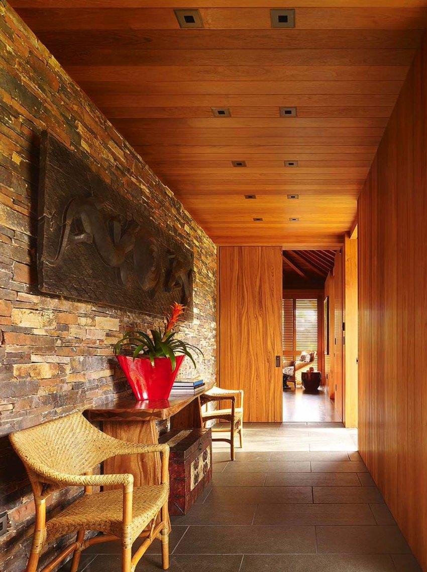 Камень - массивный отделочный материал, который любит пространство, поэтому маленький коридор он может сделать меньше и тяжелее