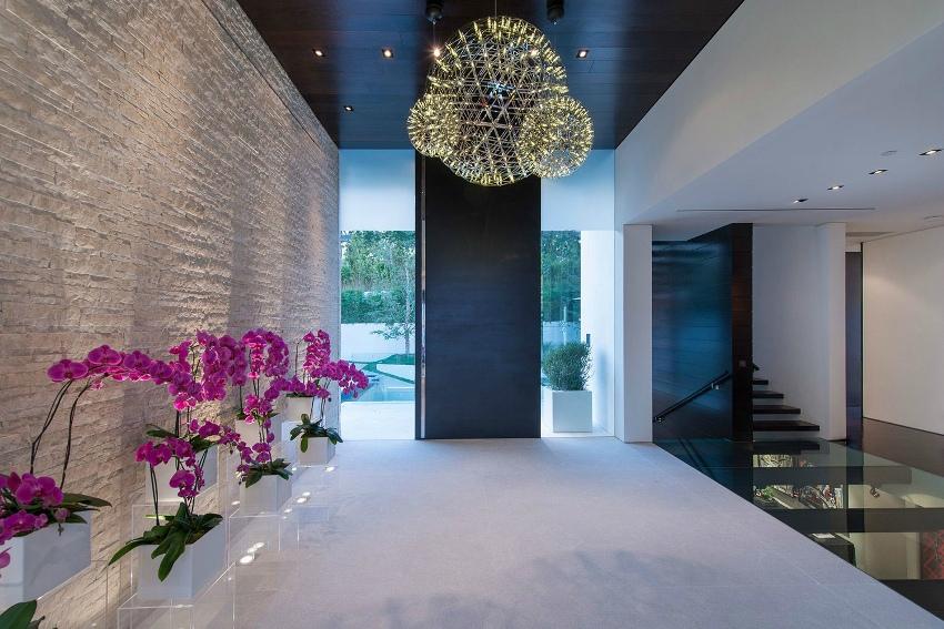 Из декоративного камня в интерьере дома можно сделать фантазийную кладку несуществующих по цвету и фактуре в природе камней