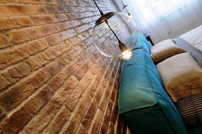 Декоративный камень с легкостью может сделать интерьер квартиры намного изящней, аккуратней и привлекательней
