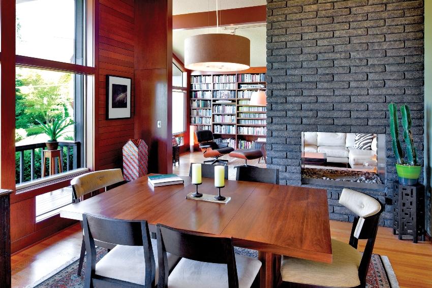 Декоративный камень в интерьере жилых помещений встречается чаще из-за его доступности, стандартности форм и легкости монтажа