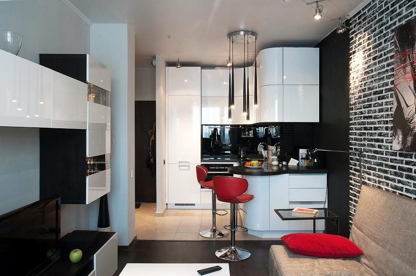 Отделить зону кухни можно с помощью барной стойки, обеденного стола, многоуровневого потолка или подиума