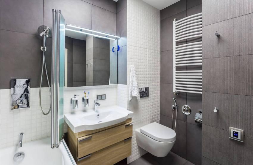 Санузел в малогабаритной квартире обычно совмещённый, поэтому в нём не должно быть ничего, кроме унитаза, ванной и тумбочки для принадлежностей гигиены