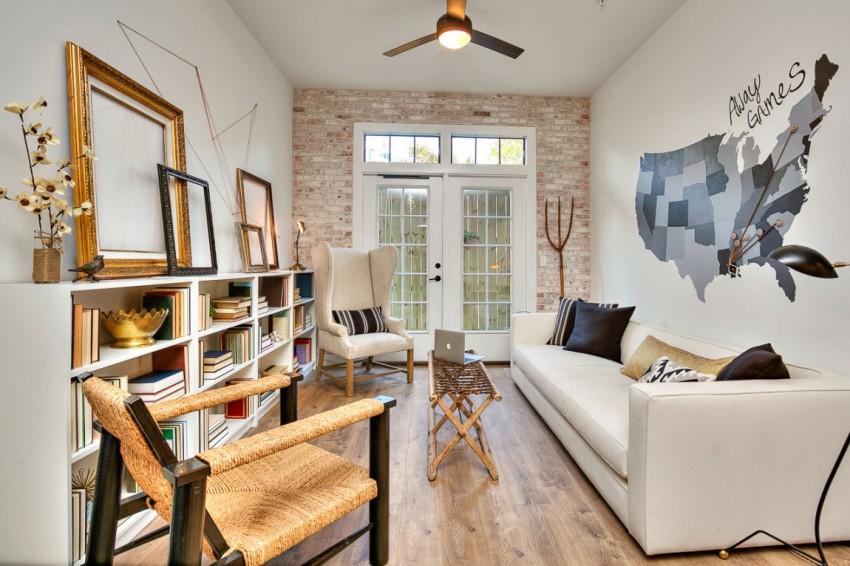 В гостиной установлен большой диван, в разложенном виде превращающийся в просторное ложе