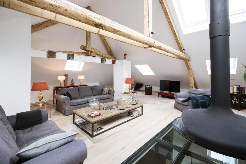 Светлое и просторное чердачное помещение переоборудовано в комфортабельную комнату