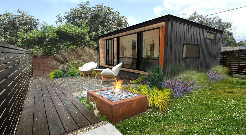 Аккуратный дачный домик из морского блока органично вписан в красивый ландшафт