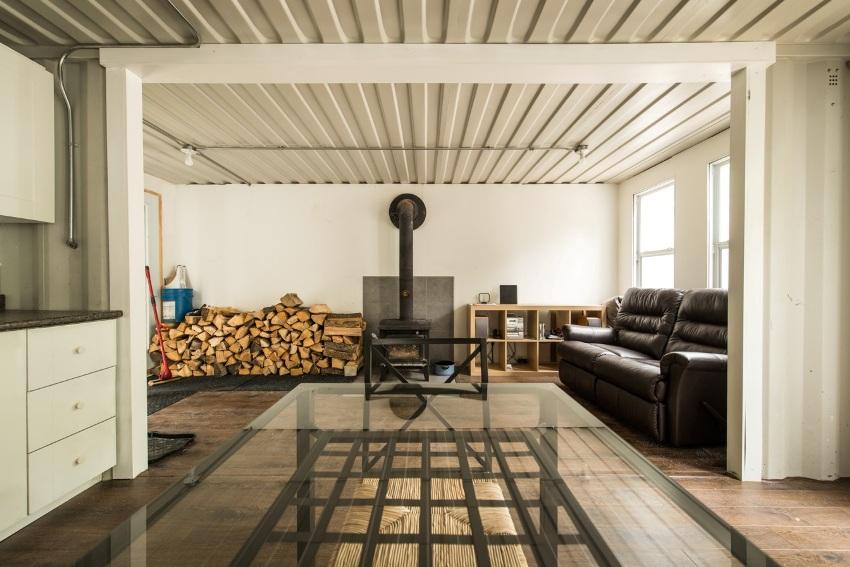 Для отопления дома из контейнеров можно использовать дровяную печь