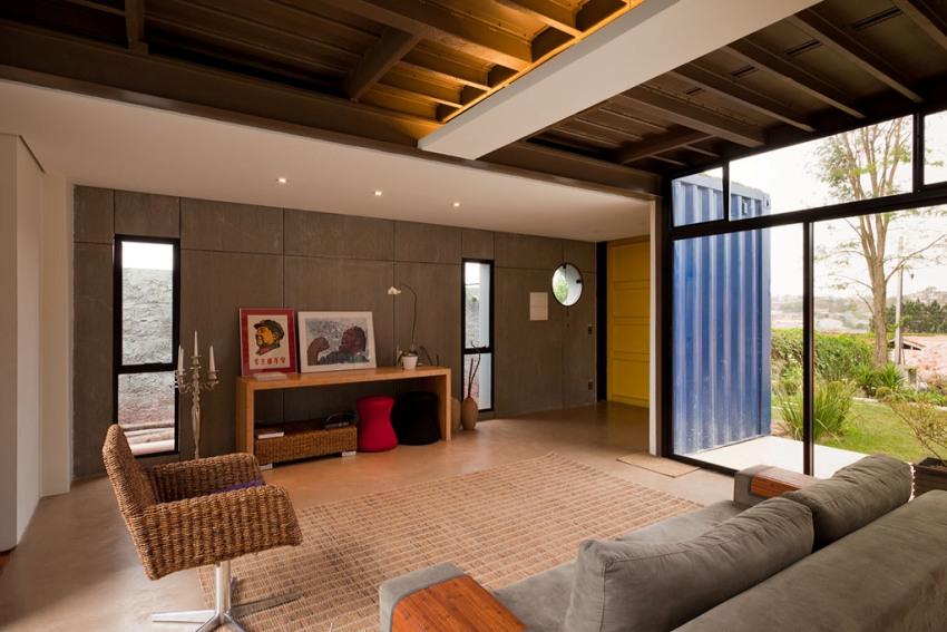 В интерьере дома из контейнеров скомбинированы современные отделочные материалы и необшитые элементы блока
