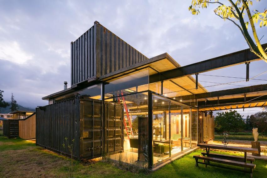 Дом из морских контейнеров дополнен стеклянной пристройкой со светодиодной подсветкой