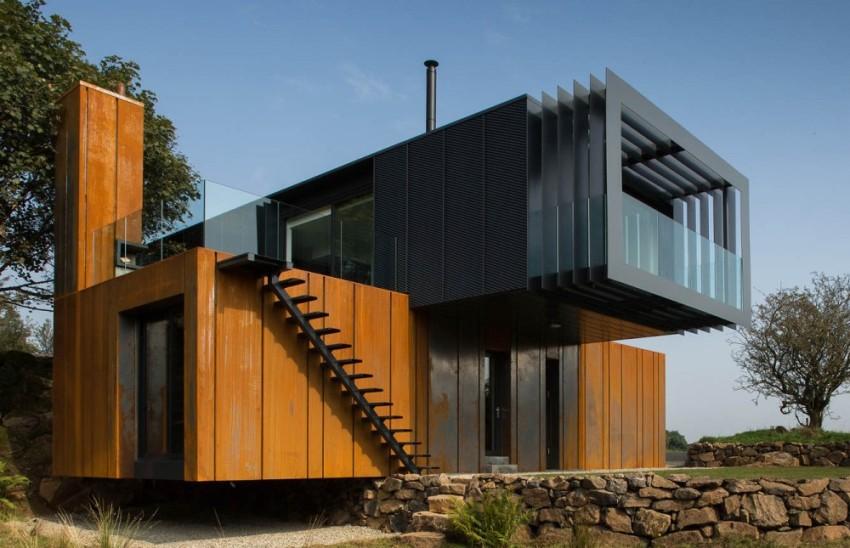 Внешняя отделка дома из морских блоков выполнена с использованием дерева и металла