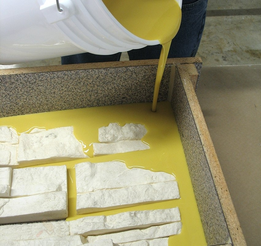 Материал для формы заливается аккуратно, медленно, чтобы он мог хорошо растечься вокруг заготовки и не образовывалось воздушных полостей