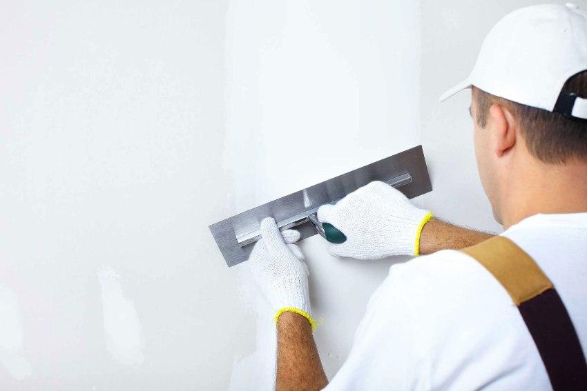 Если поверхность имеет достаточно видимые дефекты и неровности, то при помощи штукатурки можно легко устранить их