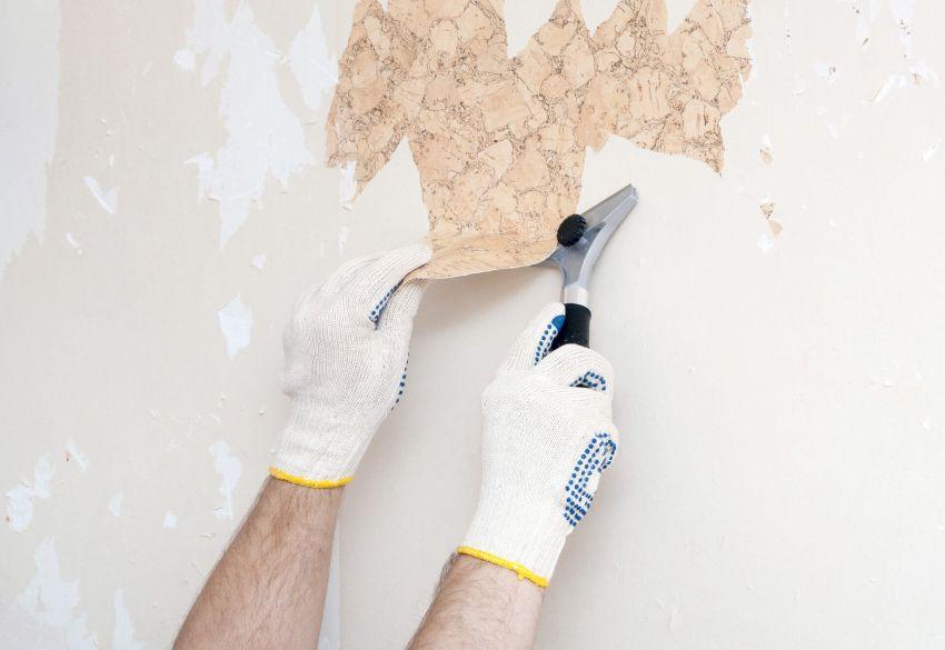 Перед монтажом декоративного камня поверхность стен нужно тщательно очистить от ненужных материалов