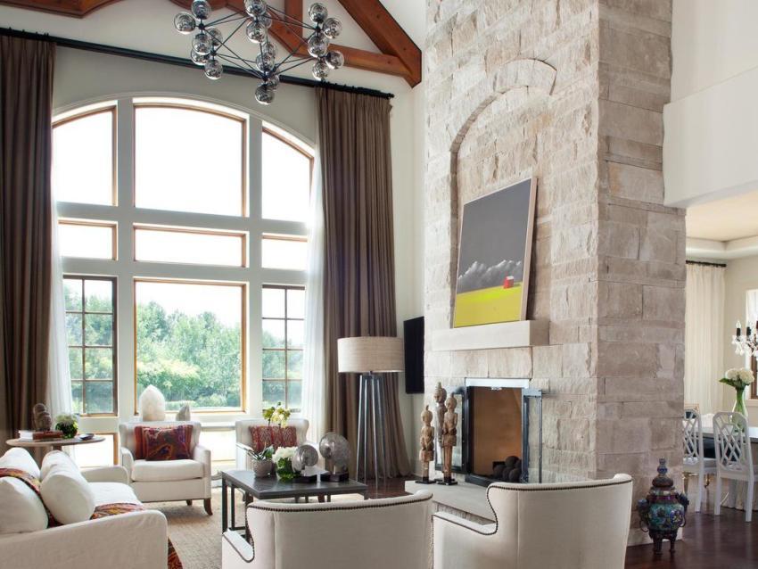 Искусственный камень для декоративной отделки не нуждается в формировании из несущих профилей сложных конструкций, его можно крепить к поверхности стены с помощью клея